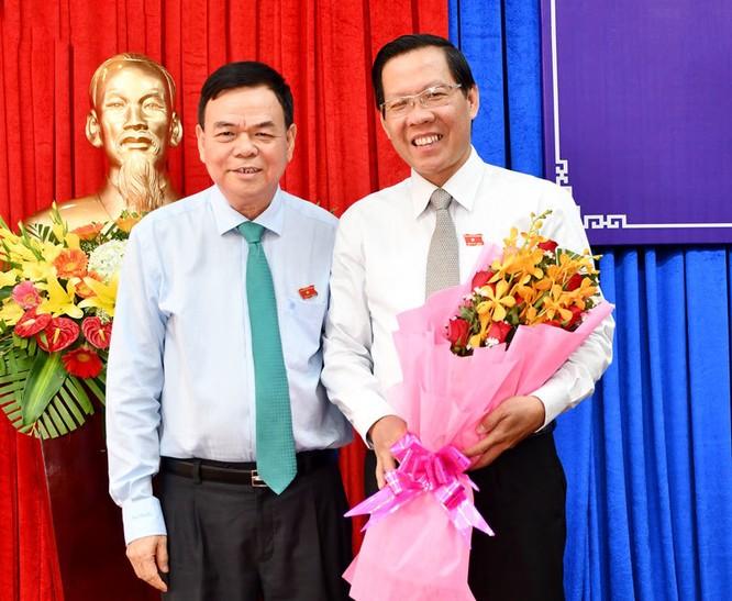 Ông Võ Thành Hạo chúc mừng Tân Bí thư Phan Văn Mãi (phải ảnh)