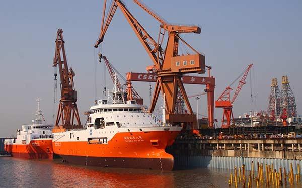 Tàu khảo sát Địa chất Hải dương 8 và 9 cập cảng tại Nhà máy đóng tàu Thượng Hải (Trung Quốc). (Ảnh: China Daily)