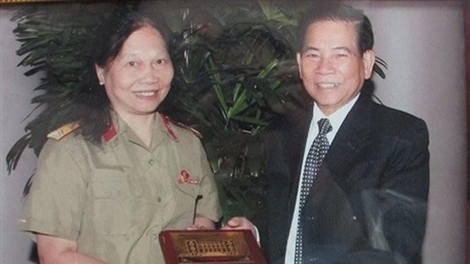 Chủ tịch nước Nguyễn Minh Triết tặng quà Thiếu tá Ngô Thị Oanh trong lần đến thăm Bệnh viện Trung ương Quân đội 108.