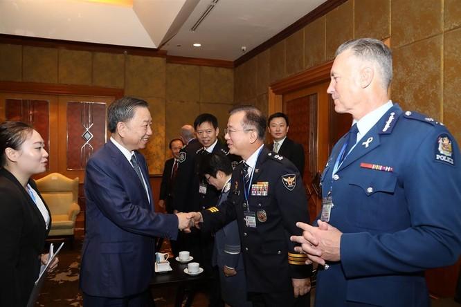 Bộ trưởng Tô Lâm chào xã giao Tư lệnh Cảnh sát các nước Đông Nam Á trước thềm lễ Khai mạc.