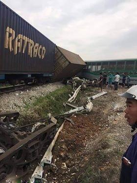 Tàu hỏa đâm xe tải, 4 toa tàu bị lật, 2 người bị thương ảnh 1