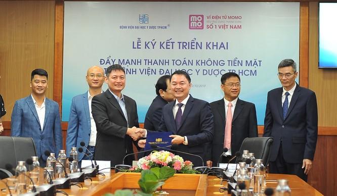 Hình 2 - TS. Thái Hoài Nam – Phó Giám đốc BV ĐHYD TPHCM và ông Nguyễn Mạnh Tường - Chủ tịch Ví MoMo cùng ký kết hợp tác triển khai đẩy mạnh thanh toán không tiền mặt tại BV Đại học Y Dược Tp.HCM