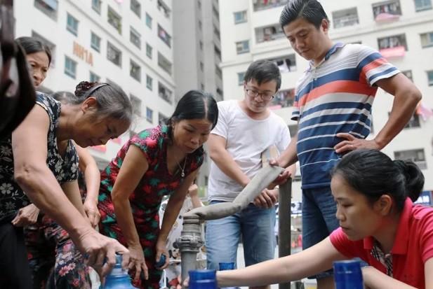 Cư dân tổ hợp chung cư HH Linh Đàm lấy nước sinh hoạt từ xe téc do những ngày qua nước sông Đà không đảm bảo chất lượng.