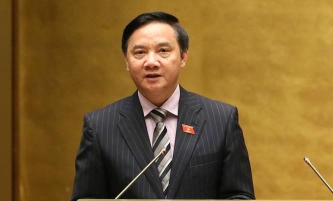 Chủ nhiệm Ủy ban Pháp luật Nguyễn Khắc Định trình bày