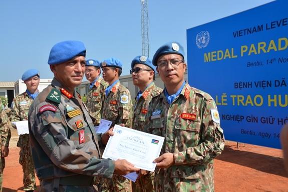 Các cá nhân xuất sắc của BVDC2.1 nhận Bằng khen của Tư lệnh các lực lượng quân sự Phái bộ.