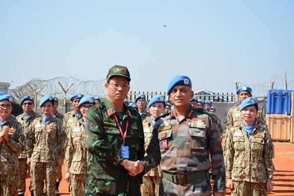 Thượng tướng Trần Quang Phương và Trung tướng Shailesh Tinaika.