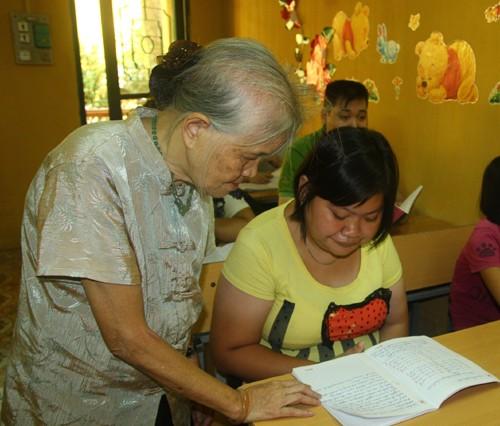 Bà giáo U90 của lớp học 20 năm không bảng đen phấn trắng ảnh 3