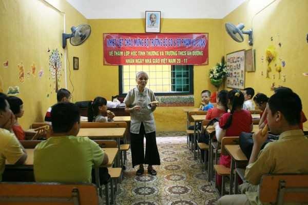 Bà giáo U90 của lớp học 20 năm không bảng đen phấn trắng ảnh 2