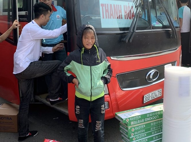 Cháu gái 13 tuổi đói lả trên đường được cảnh sát giao thông giúp đỡ ảnh 1