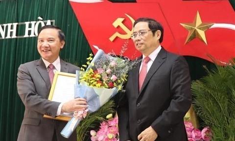 Trưởng Ban Tổ chức Trung ương Phạm Minh Chính (bên phải) trao Quyết định của Bộ Chính trị cho ông Nguyễn Khắc Định.
