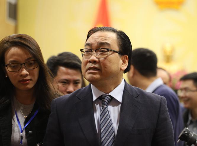 Bí thư Thành ủy Hà Nội Hoàng Trung Hải bên hành lang kỳ họp thứ 11 HĐND TP. Hà Nội khóa XV