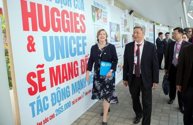Đại diện UNICEF Việt Nam và Thứ Trưởng Bộ Y Tế Nguyễn Trường Sơn
