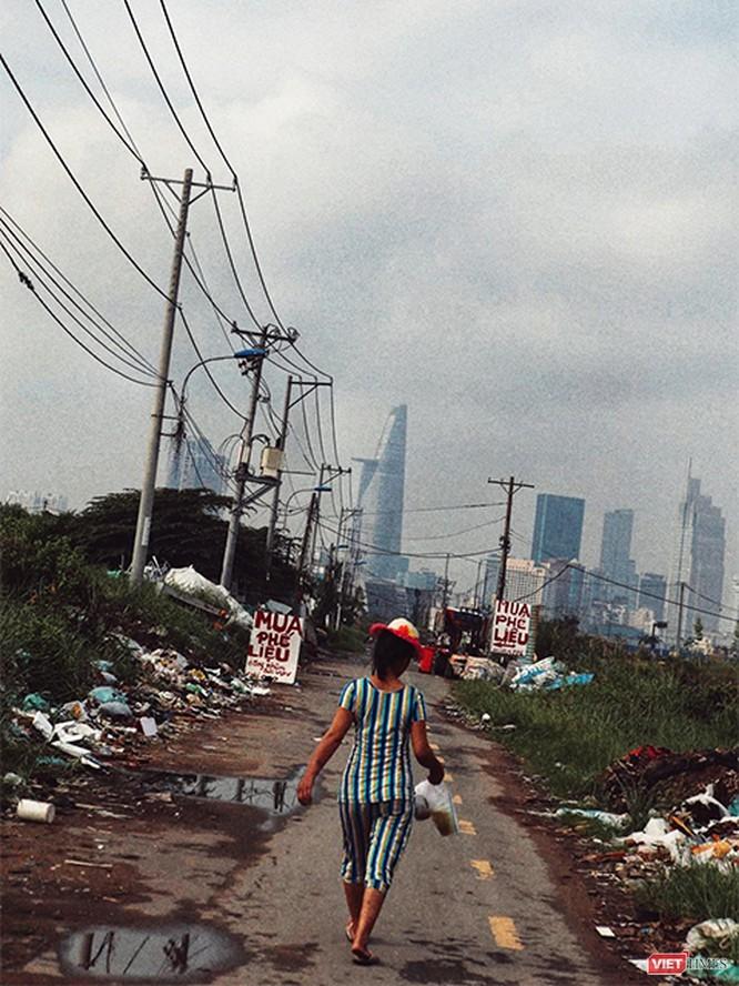 Một góc khu đô thị mới Thủ Thiêm, ảnh chụp năm 2015. Còn hiện nay vẫn hoang phế như vậy. Theo quyết định 367 do Thủ tướng Võ Văn Kiệt ký năm 1996, vùng đất này sẽ là