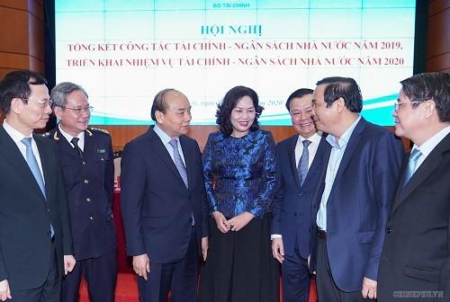 Thủ tướng gặp gỡ, trao đổi với lãnh đạo các Bộ ngành tại hội nghị.