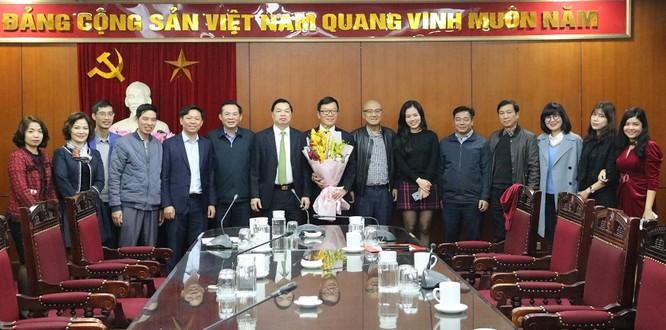 Đại diện Lãnh đạo Ban Tuyên giáo Trung ương, Vụ Tổ chức Cán bộ, Vụ Báo chí - Xuất bản và Báo Đại Đoàn kết chúc mừng đồng chí Tống Văn Thanh.