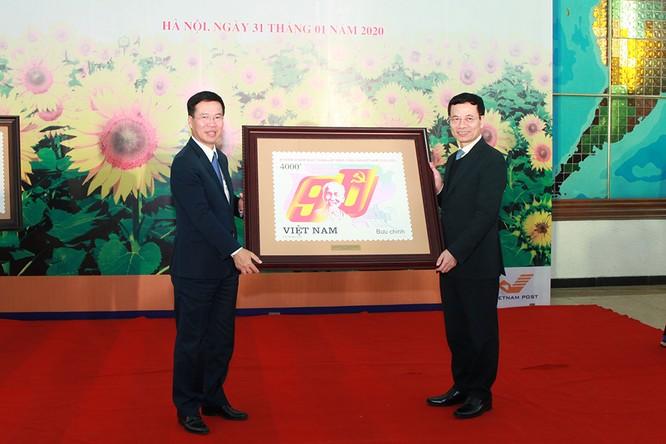 Đại diện lãnh đạo Bộ Thông tin và Truyền thông tặng quà lưu niệm là bức tranh tem trao tặng Ban Tuyên giáo Trung ương.