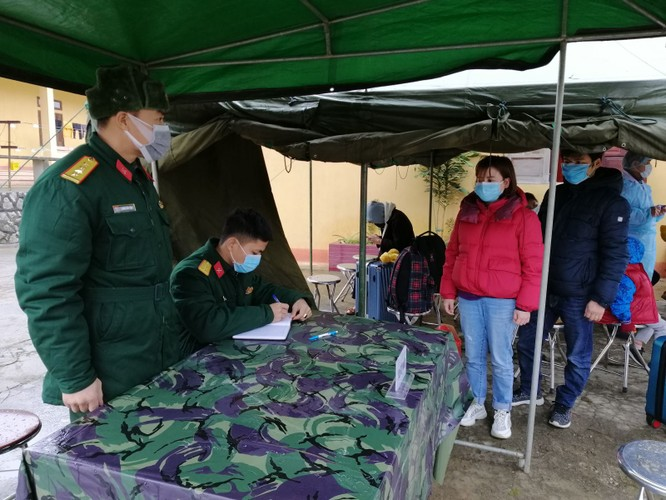 Trung đoàn 123 làm thủ tục đăng ký tiếp nhận công dân trở về.