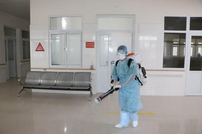 Khu vực hành lang và lối đi của Bệnh viện thường xuyên được phun thuốc khử trùng. Ảnh: Website tỉnh Quảng Ninh.