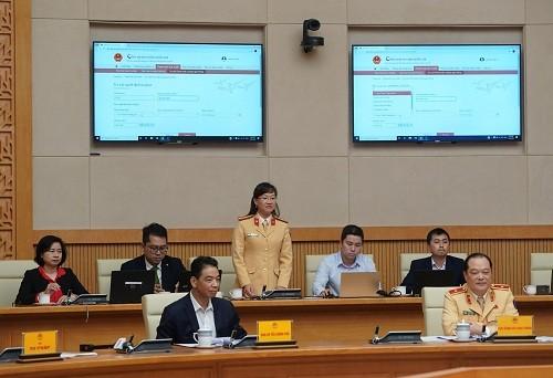 Cán bộ công an thực hiện quy trình nộp phạt trực tuyến trên Cổng Dịch vụ công quốc gia tại Hội nghị trước sự chứng kiến của Thủ tướng và các đại biểu - Ảnh: VGP