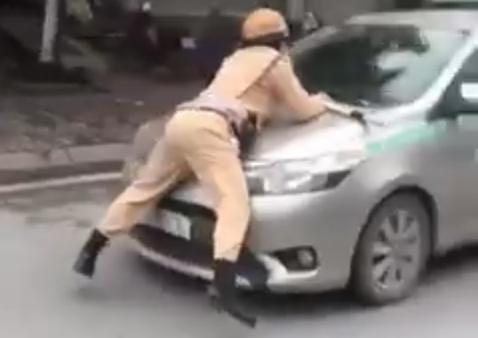 Tạm giữ hình sự lái xe taxi hất tung Trung úy CSGT lên nắp capô ảnh 1