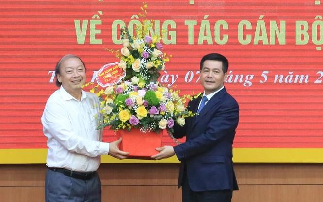 Thay mặt Lãnh đạo Ban Tuyên giáo Trung ương, ông Võ Văn Phuông - Ủy viên Trung ương Đảng, Phó trưởng ban Thường trực - tặng hoa chúc mừng tân Phó Trưởng Ban Tuyên giáo Trung ương Nguyễn Hồng Diên.