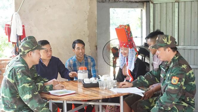 Lực lượng Biên phòng cửa khẩu Bình Liêu tuyên truyền vận động người dân không XNC trái phép tại thôn Phai Lầu (huyện Bình Liêu).