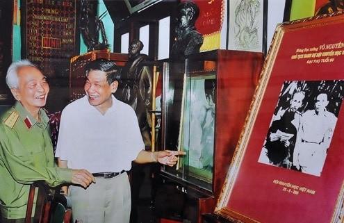 Đại tướng Võ Nguyên Giáp và nguyên Tổng bí thư Lê Khả Phiêu năm 2000.