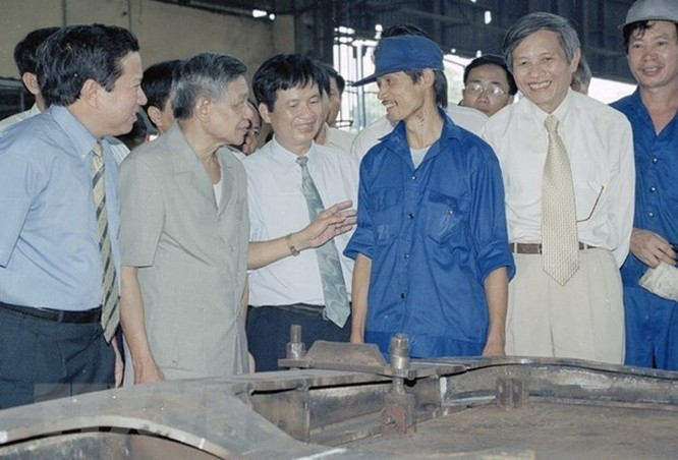 Tổng Bí thư Lê Khả Phiêu thăm Sư đoàn không quân 370, ngày 19/2/1998, tại Cần Thơ.