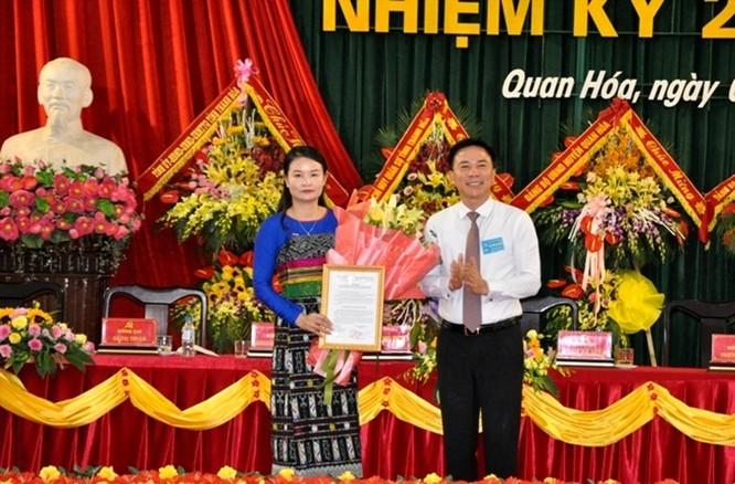 Ông Đỗ Minh Tuấn - Phó Bí thư Tỉnh ủy, trao quyết định và tặng hoa chúc mừng tân Bí thư Huyện ủy Mường Lát Hà Văn Ca. Ảnh: Quốc Hương