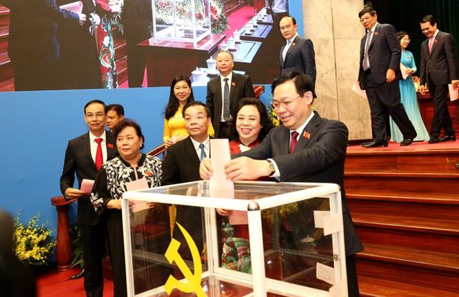 Đại biểu bỏ phiếu bầu Ban Chấp hành Đảng bộ thành phố Hà Nội khóa XVII. Ảnh: UBND TP. Hà Nội.