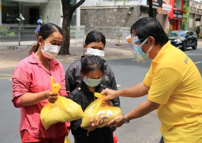 Phát 700 tấn gạo ngon hỗ trợ 233 ngàn người dân gặp khó khăn tại TP.HCM và 5 tỉnh ảnh 6