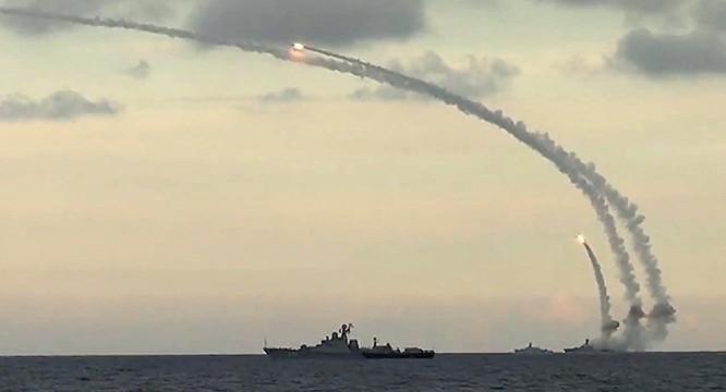 Chiến hạm Nga khai hỏa phóng tên lửa hành trình Kalibr tấn công mục tiêu tại Syria