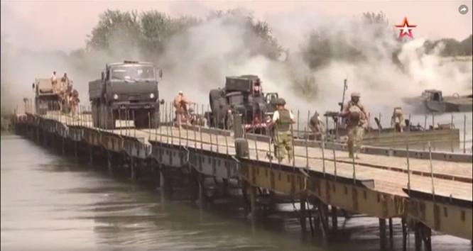 Lính Nga bắc cầu dã chiến vượt sông Euphrates yểm trợ quân đội Syria