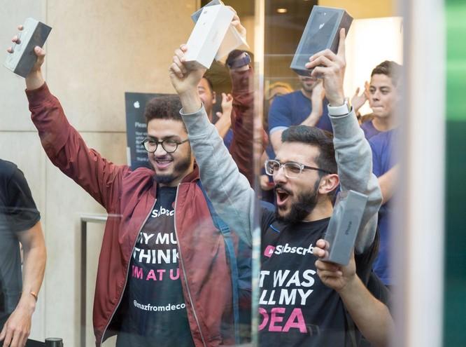 iPhone 8/ iPhone 8 Plus chính thức bán ra: nụ cười trên gương mặt người mua ảnh 3