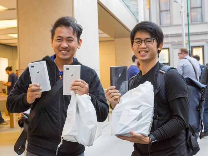 iPhone 8/ iPhone 8 Plus chính thức bán ra: nụ cười trên gương mặt người mua ảnh 4