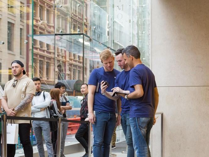iPhone 8/ iPhone 8 Plus chính thức bán ra: nụ cười trên gương mặt người mua ảnh 5