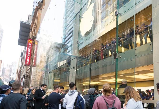 iPhone 8/ iPhone 8 Plus chính thức bán ra: nụ cười trên gương mặt người mua ảnh 1