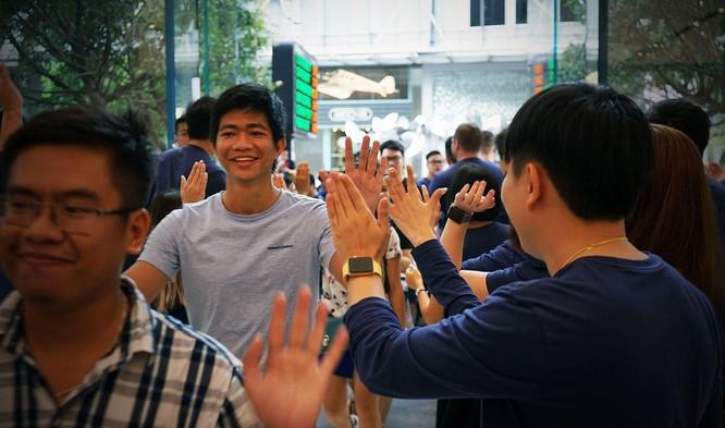 iPhone 8/ iPhone 8 Plus chính thức bán ra: nụ cười trên gương mặt người mua ảnh 13