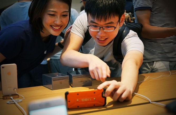 iPhone 8/ iPhone 8 Plus chính thức bán ra: nụ cười trên gương mặt người mua ảnh 11