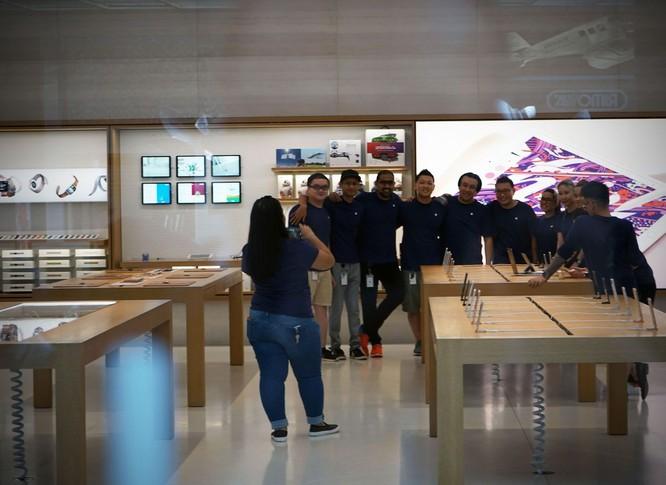 iPhone 8/ iPhone 8 Plus chính thức bán ra: nụ cười trên gương mặt người mua ảnh 9