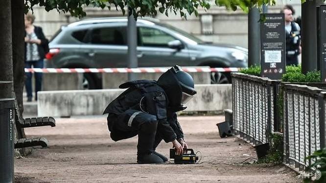 Chuyên gia tháo gỡ bom mìn có mặt tại hiện trường vụ nổ (Ảnh: AFP)