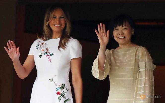 Hai Đệ nhất phu nhân Melaniea Trump và Akie Abe cùng đi thăm hồ cái koi ở Tokyo (Ảnh: Reuters)