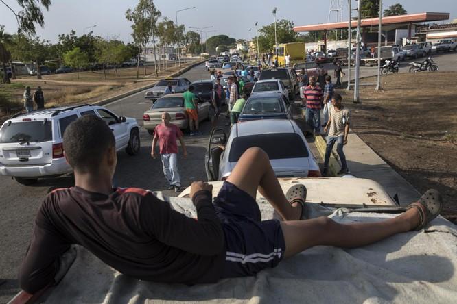 Người dân xếp hàng dài chờ đổ xăng (Ảnh: AP)