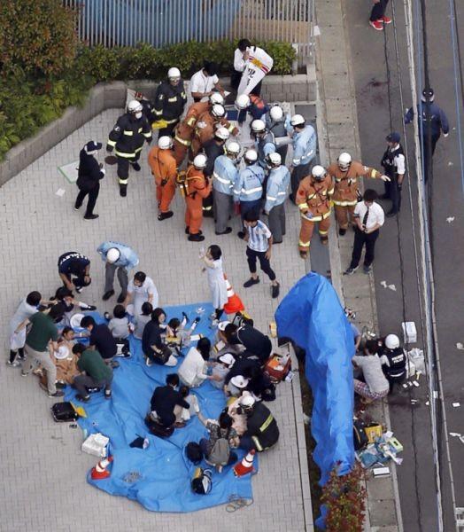 Các nạn nhân được chăm sóc y tế khẩn cấp ngay tại hiện trường vụ đâm chém (Ảnh: AP)