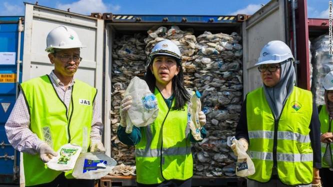 Bộ trưởng Yeo Bee Yin cầm trên tay mẫu rác thải nhựa nhập trái phép từ Australia (Ảnh: CNN)