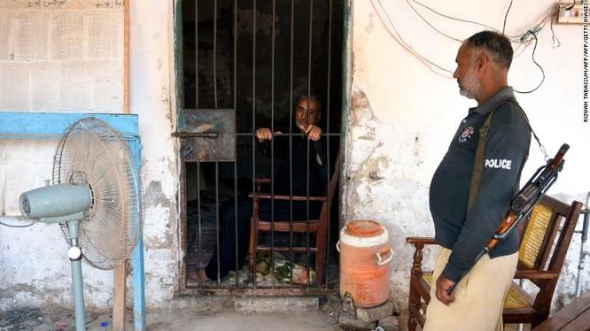 Muzaffar Ghanghro, vị bác sĩ bị cáo buộc đã gây ra đợt bùng phát HIV do sử dụng chung kim tiêm (Ảnh: CNN)