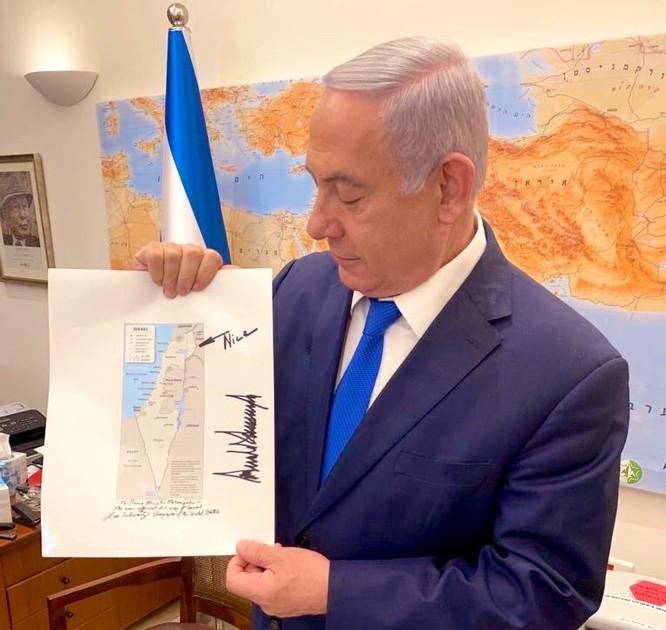 Ông Netanyahu cầm trên tay tấm bản đồ mà có chữ ký của ông Trump (Ảnh: Business Insider)