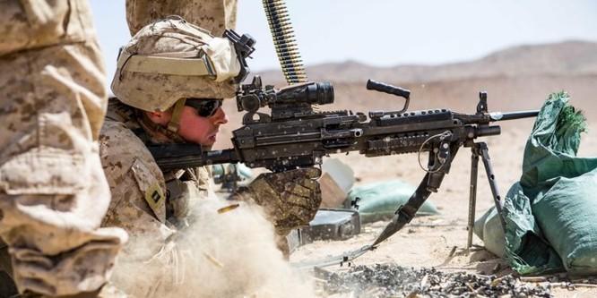 Súng tiểu liên hạng nhẹ M249 sắp tới có thể sử dụng loại đạn cỡ 6,8mm (Ảnh: Business Insider)