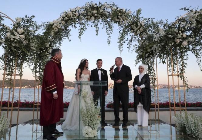 Ông Erdogan là người chứng giám hợp pháp của Ozil (Ảnh: AP)