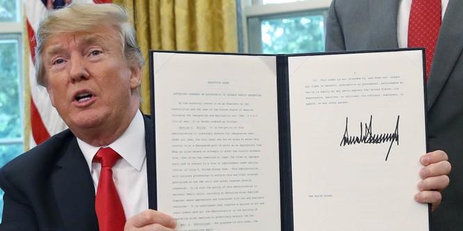 Kiểu chữ ký đậm, có phần cứng nhắc của ông Trump thường bị đem ra làm bêu riếu (Ảnh: Getty)